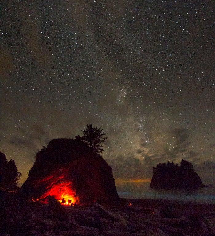 Ogień pod gwiazdami na Olympic Coast
